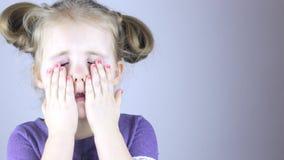 Jeune fille frottant ses yeux Conjonctivite d'oeil clips vidéos