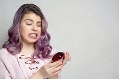 Jeune fille frustrante tenant le dessert agréable au goût énergétique avec des baies L'espace pour le texte images libres de droits