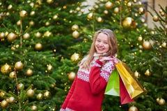 Jeune fille gaie avec les paniers colorés Image libre de droits