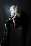 Jeune fille gothique blonde dans de hautes gaines avec la guitare Photos stock