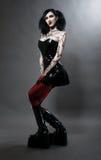 Jeune fille gothique dans le costume de fétiche Photo stock