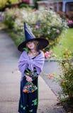 Jeune fille habillée en tant que sorcière chez Halloween Image libre de droits