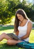 Jeune fille heureuse à l'aide d'un ordinateur de tablette Photographie stock