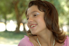 Jeune fille heureuse à l'extérieur Photographie stock libre de droits