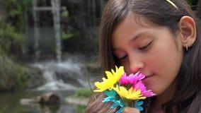 Jeune fille heureuse à la cascade clips vidéos