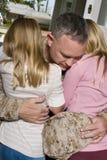 Jeune fille heureuse étreignant son père dans l'uniforme Image libre de droits