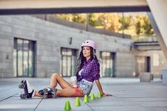 Jeune fille heureuse appréciant le patinage de rouleau avec du café photos stock