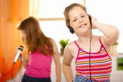 Jeune fille heureuse avec des écouteurs Images stock