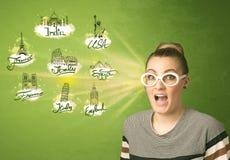 Jeune fille heureuse avec des lunettes de soleil voyageant aux villes autour du Images libres de droits