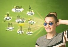 Jeune fille heureuse avec des lunettes de soleil voyageant aux villes autour du Photo stock