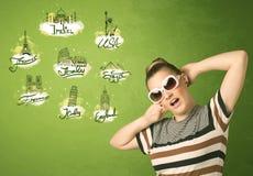 Jeune fille heureuse avec des lunettes de soleil voyageant aux villes autour du Photo libre de droits