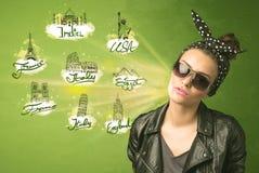 Jeune fille heureuse avec des lunettes de soleil voyageant aux villes autour du Photos libres de droits