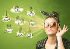 Jeune fille heureuse avec des lunettes de soleil voyageant aux villes autour du Images stock
