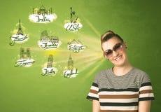 Jeune fille heureuse avec des lunettes de soleil voyageant aux villes autour du Photographie stock