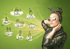 Jeune fille heureuse avec des lunettes de soleil voyageant aux villes autour du Photographie stock libre de droits