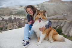 Jeune fille heureuse avec le chien dans Cappadocia Photographie stock libre de droits