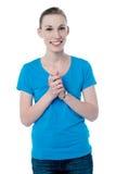 Jeune fille heureuse avec les mains étreintes Photos libres de droits