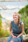 Jeune fille heureuse chez Le Suquet à Cannes image stock