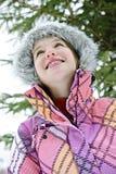 Jeune fille heureuse dans la jupe de l'hiver images libres de droits