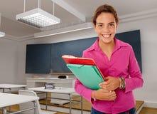 Jeune fille heureuse dans une salle de classe illustration de vecteur