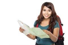 Jeune fille heureuse partant en vacances avec le sac à dos et la carte Photo libre de droits