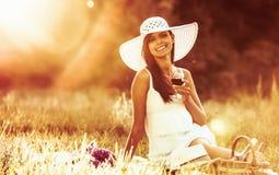 Jeune fille heureuse sur la nature Images stock