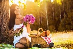 Jeune fille heureuse sur la nature Image stock