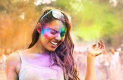 Jeune fille heureuse sur le festival de couleur de holi Photographie stock libre de droits