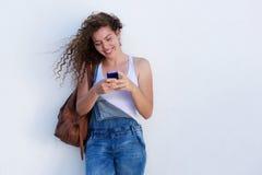 Jeune fille heureuse sur le service de mini-messages de téléphone portable photos libres de droits