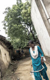 Jeune fille indienne cherchant l'eau images stock