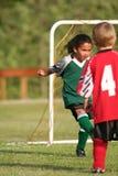 Jeune fille jouant au football image stock
