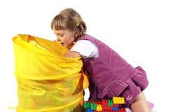 Jeune fille jouant avec des blocs image stock