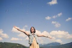 Jeune fille jouant avec des bulles de savon Image libre de droits