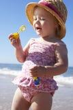 Jeune fille jouant avec des bulles sur Sunny Beach Photos libres de droits