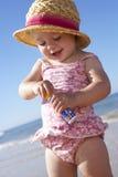 Jeune fille jouant avec des bulles sur Sunny Beach Images stock