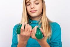Jeune fille jouant avec le jouet vert de boue photos stock