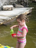 Jeune fille jouant dans le lac Photo libre de droits