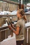 Jeune fille jouant l'instrument musical de percussion photo libre de droits