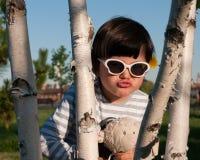 Jeune fille jouant le coup d'oeil un Boo Photos libres de droits