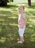 Jeune fille jouant le jeu Images stock