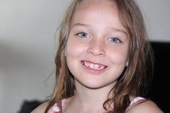 Jeune fille jouant pour l'appareil-photo Image libre de droits