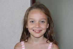 Jeune fille jouant pour l'appareil-photo Photo stock