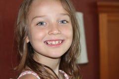 Jeune fille jouant pour l'appareil-photo Photographie stock