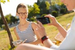 Jeune fille joyeuse posant devant l'appareil-photo Image stock
