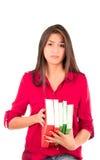 Jeune fille latine tenant la pile des livres images stock