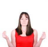 Jeune fille méditant au-dessus du fond blanc Image libre de droits