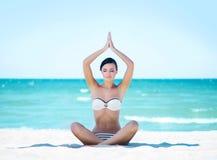 Jeune fille magnifique et belle détendant sur la plage Images stock