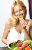 Jeune fille mangeant du poivre Image stock