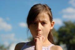 Jeune fille mangeant la crême glacée Photographie stock