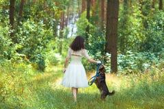 Jeune fille marchant avec le chien Image stock